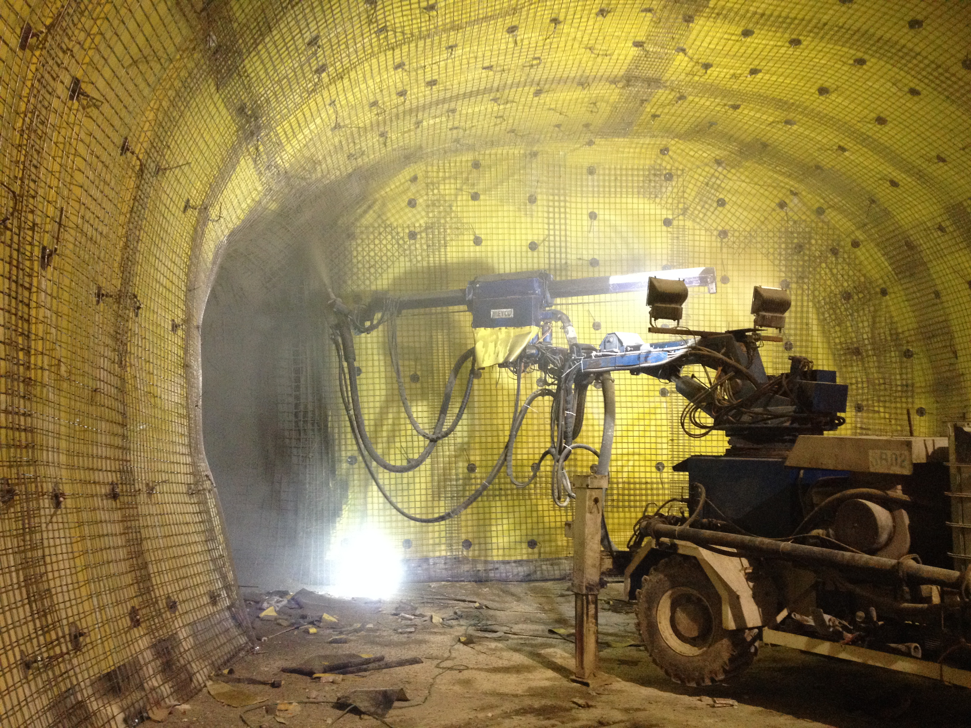 Concrete spraying onto the waterproofing membranes - Harel tunnels
