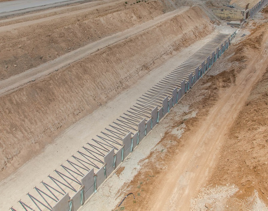 Reinforced soil wall with reinforcement strips PARAWEB - Route 6 (Cross-Israel Highway)